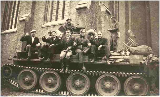Tommies on their tanks in front of the St Eligiuschurch